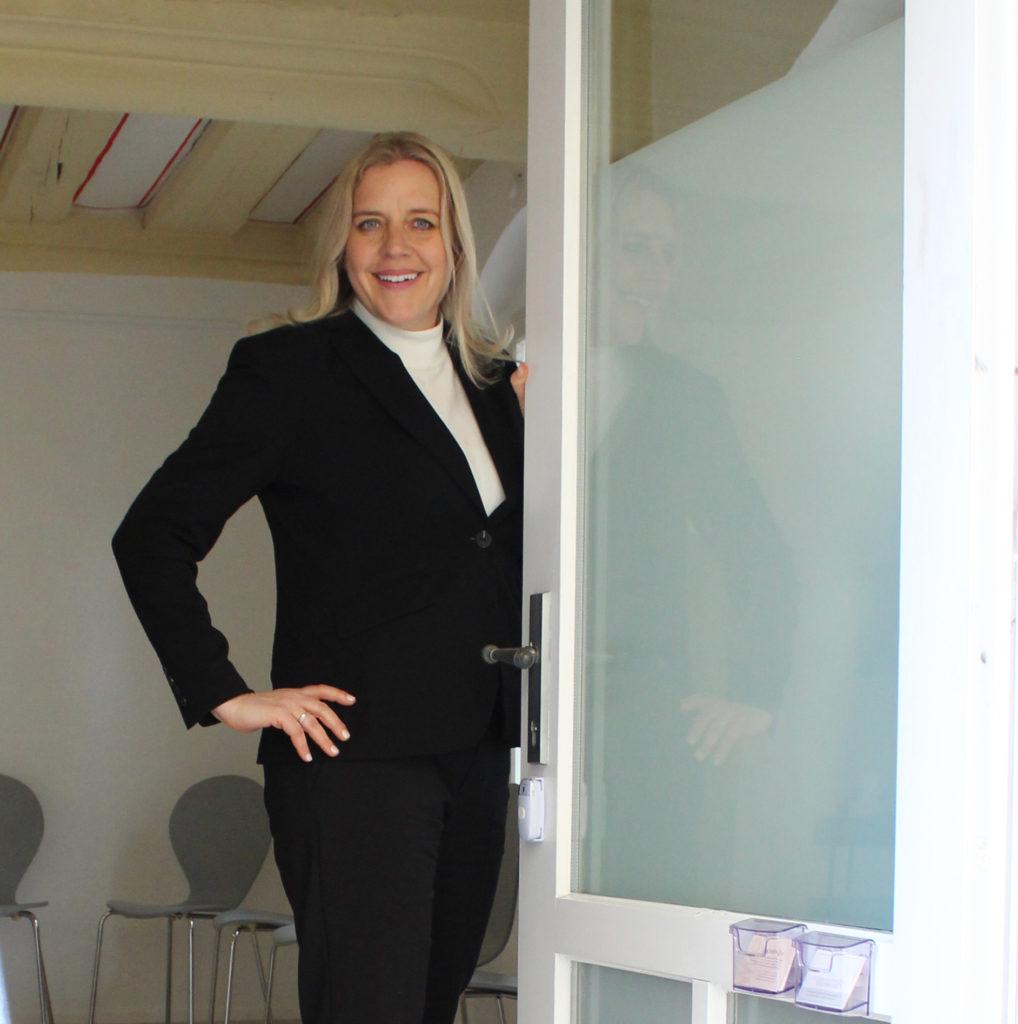 Bettina Klenke-Lüders öffnet die Tür